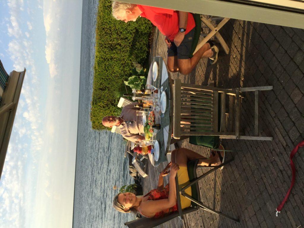 Suzan och Hans på deras fantastiska altan direkt vid slussen